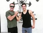 Syn Arnolda Schwarzeneggera Joseph Baena ide v otcových šľapajách